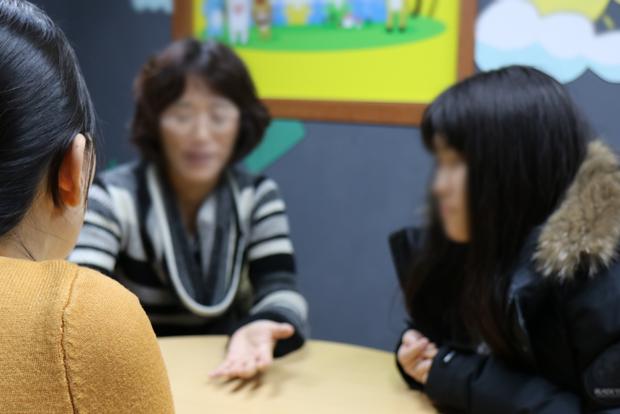 심리 상담을 받고 있는 보희와 어머니 사이토 아키 씨