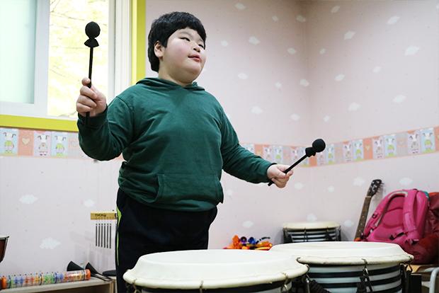 음악치료에서 노래와 악기 연주를 통해 한껏 자신을 표현하는 모습