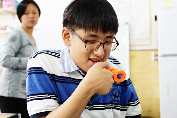 ▲ 직접 만든 점토 마이크를 쥐고 작품 설명을 하고 있는 김동현 창작자