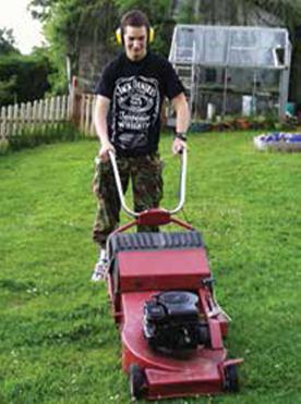 잔디밭을 정리하는 발달장애학생