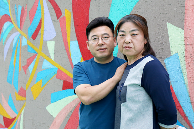 발달장애 청년들의 자립을 기부로 응원하는 김문희·추형만 씨 부부