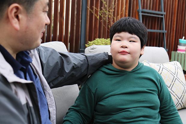 재활치료비를 지원받고 희망을 키워가는 지우와 아빠 이정훈 씨