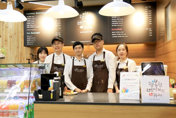 행복한베이커리&카페 서초분점 개점식에서 함께 자리한 직원들