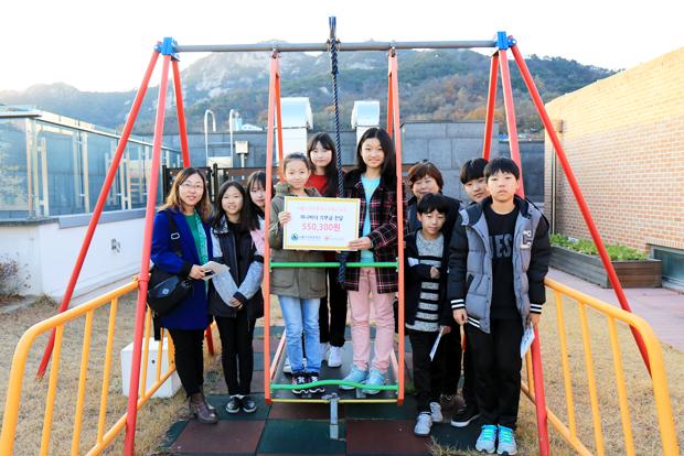 아나바다장터 성금을 기부한 수리초등학교 6학년 학생들