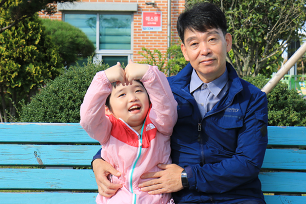 카카오의 지원으로 재활치료를 받게 된 자빈이와 아빠 서영석 씨