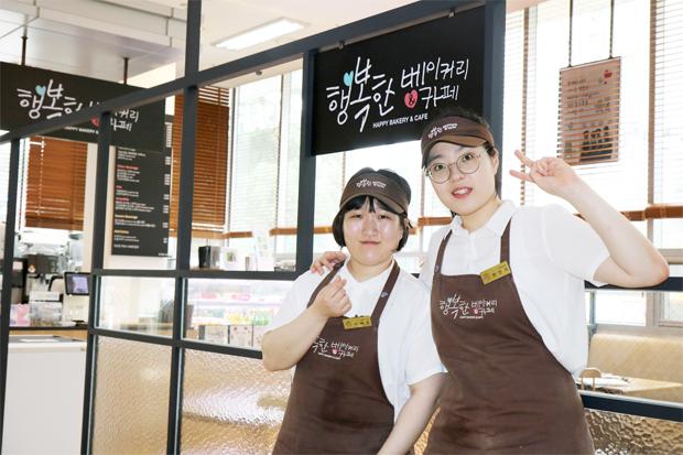 행복한베이커리&카페 종로점의 이혜윤(사진 왼쪽), 현인아 바리스타