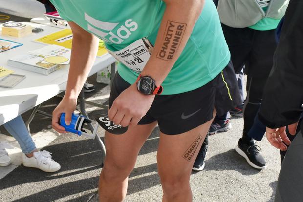 채러티 러너 도장을 찍고 미라클365 스티커를 붙이고 있는 참가자