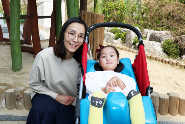 마음껏 치료를 받게 되길 희망하는 이가은 어린이와 어머니 권미영 씨
