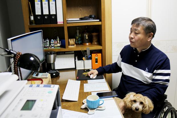 전문 엔지니어 딜러인 김창기 님이 컴퓨터로 작업하는 모습