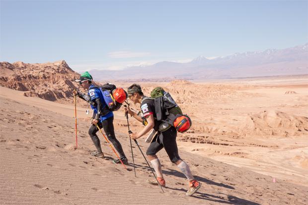발톱이 빠지는 고통을 견디며 아타마카사막을 달린 두 청년