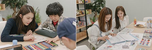 에이핑크와 발달장애 디자이너들이 함께 작업하는 모습.
