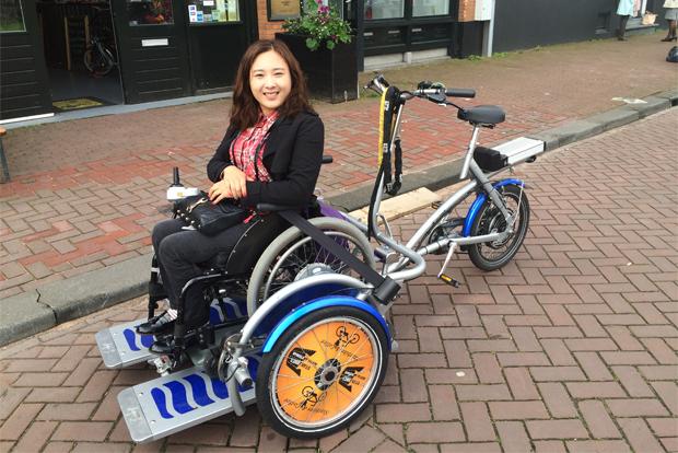 네덜란드 휠체어 자전거 벨로(Velo)를 타고 있는 홍서윤
