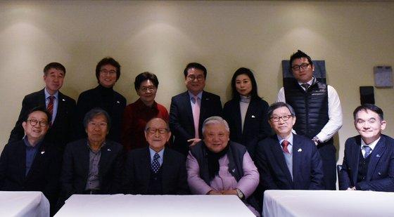 더미라클라스 조찬강연회 참석자들. 아랫줄 왼쪽에서 세 번째가 김형석 교수다. [사진 푸르메재단]