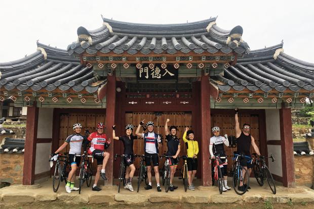 자전거 국토종주 중에 기념촬영을 하고 있는 Cycle for Life Korea 자선라이딩팀.