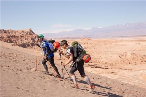 지난해 칠레 아타카마 사막을 횡단했던 김채울(왼쪽)씨 모습 [푸르메재단 제공]