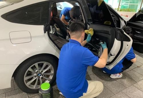 차 내부 청소하는 발달장애인 직원들