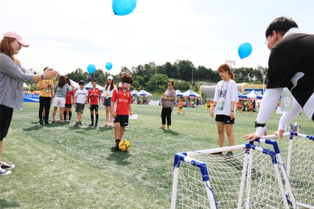 '제2회 이근호 자선축구대회'에서 시각장애인 축구 체험을 하고 있는 어린이들
