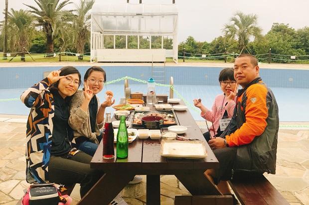 여행 첫 날 바비큐 파티를 즐기고 있는 도현아 가족.