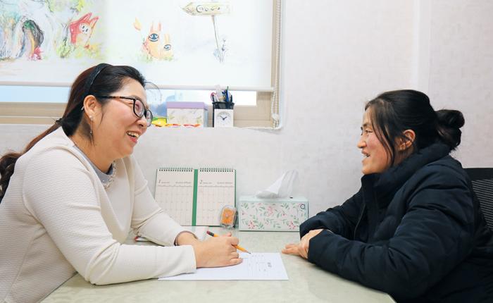 심리 치료를 받고 있는 이미선씨(오른쪽). 푸르메재단과 하나금융나눔재단, 조선일보 더나은미래는 지난 2017년 '장애아동 부모 심리 상담치료 지원사업'을 공동 기획했다. /푸르메재단 제공
