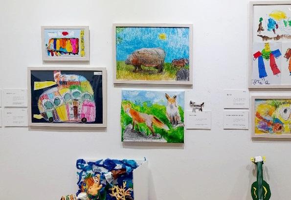 (가운데) 서울시민청갤러리에 전시됐던 단이의 작품들. 하마와 여우.