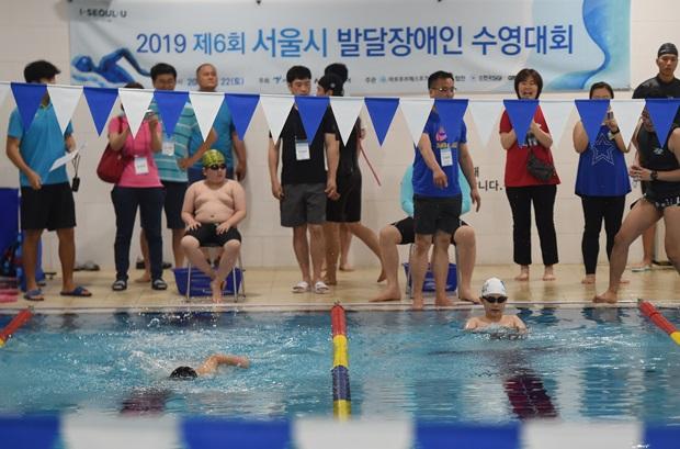 22일 서울 마포구 마포푸르메스포츠센터에서 열린 '2019 제6회 서울시 발달장애인 (출처 : 아시아투데이) 수영대회' 현장