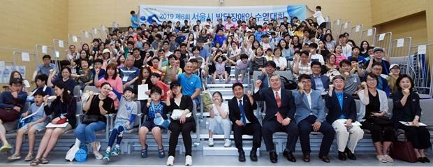 서울시 발달장애인 수영대회 개회식에 참가한 선수와 관계자들 (출처: 아시아투데이)