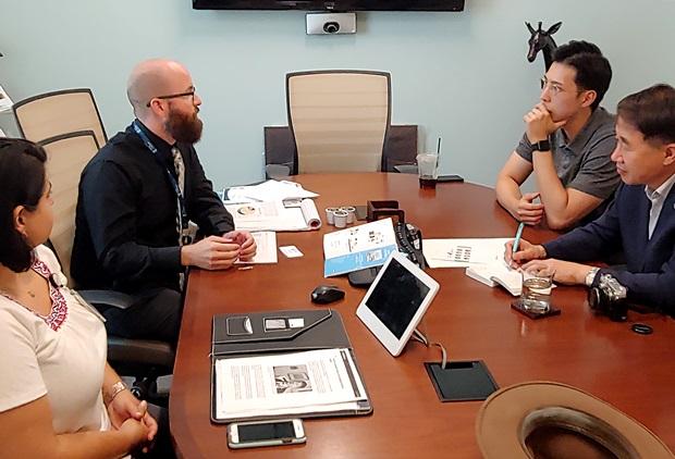 재단 사무실에서 인터뷰하는 모습