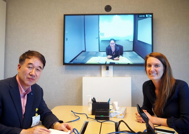 인터뷰 모습. 오른쪽은 전략팀 로빈 스펜서 씨, 화면은 아시아태평양지역 담당 마리아 라릭 씨.