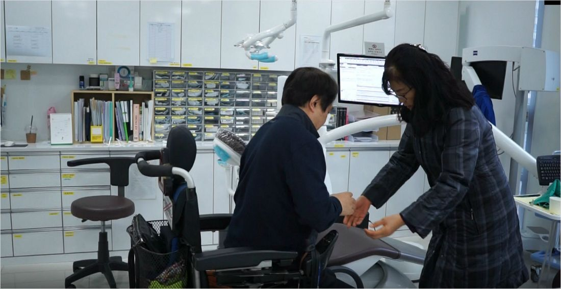 치과진료 후 전동휠체어에 타고 있는 정정희씨(64) (사진=송정훈 기자)