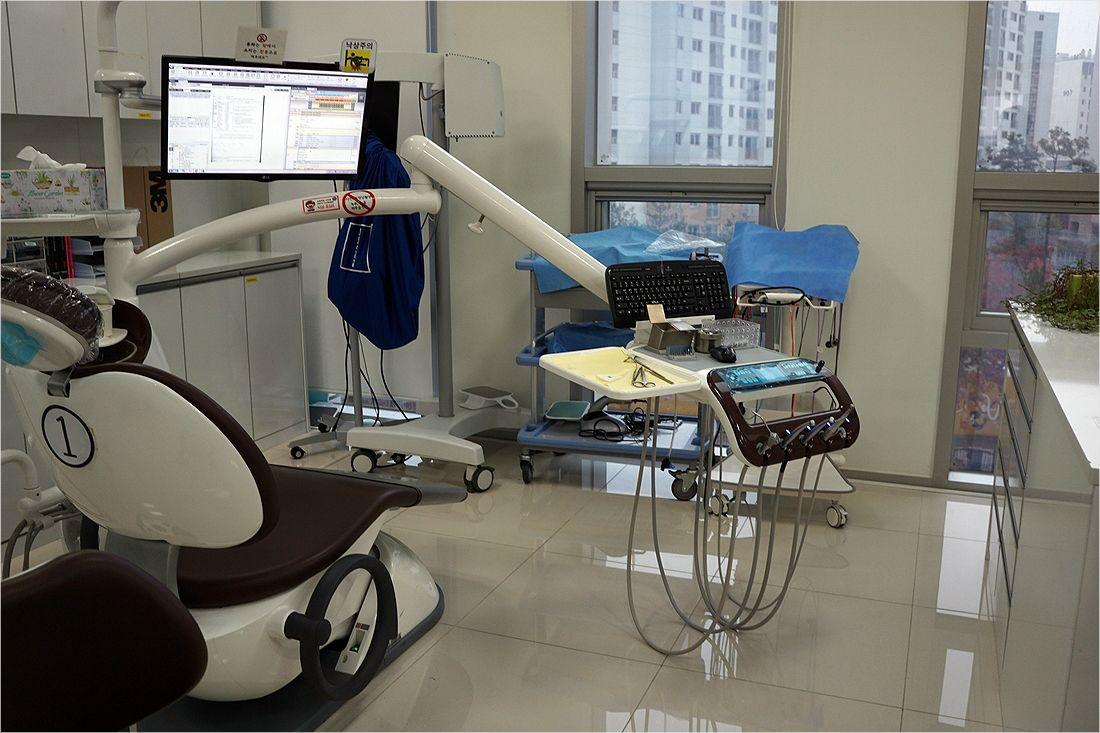 휠체어를 탄 장애인 환자를 위해 치과 체어 사이 간격이 넓다 (사진=송정훈 기자)