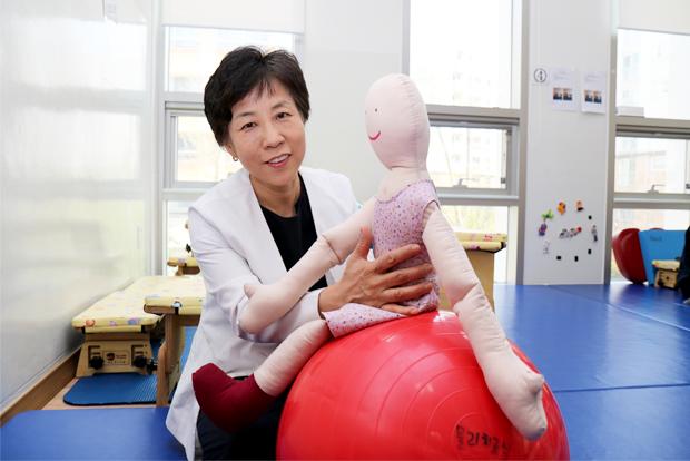 병원의 재활치료를 총괄하는 두정희 치료실장
