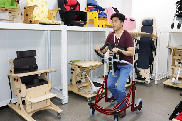 장애인의 보행을 도와주는 워커를 시연 중인 문상진 서울시서북보조기기센터장