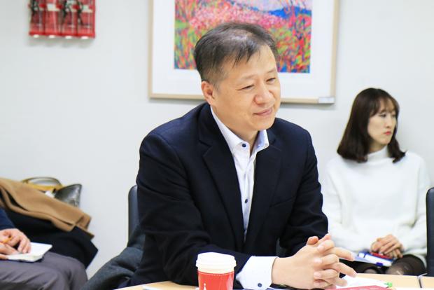 2017년 1차 정기이사회에서 의견을 제시하고 있는 김주영 신임 공동대표