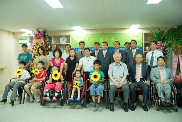2007년 푸르메재단 한방어린이재활센터 개소식에 참석한 서관석 원장(오른쪽 두 번째. 푸르메재단 DB)