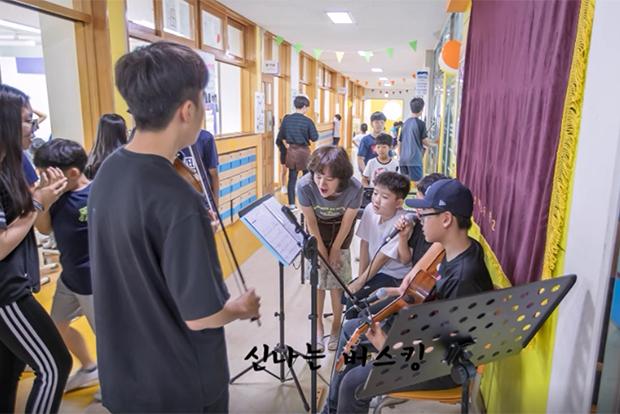 바이올린 연주와 노래로 버스킹 무대를 펼친 학생들