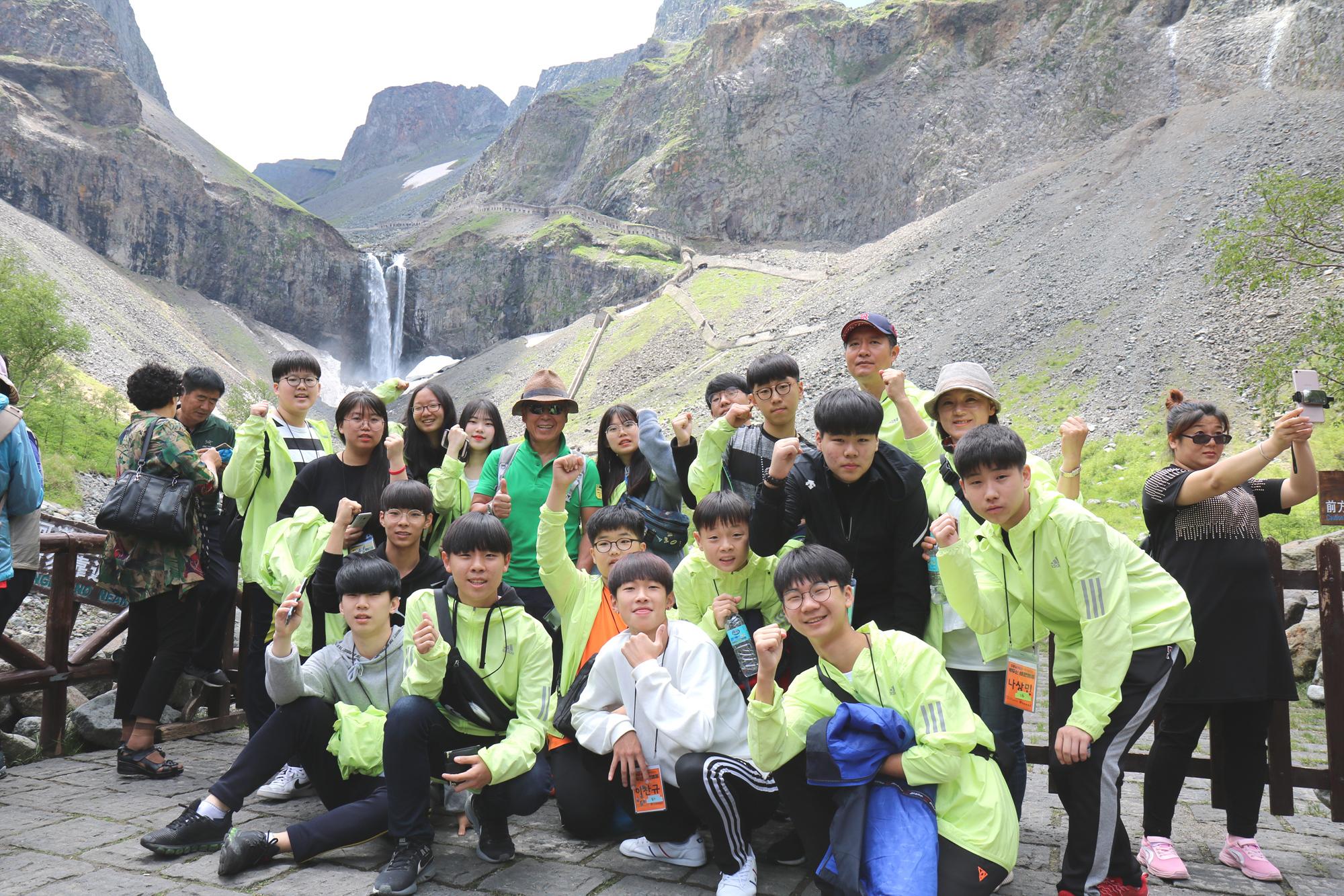 엄홍길 대장과 함께하는 백두산 비전캠프에 참여했던 승우와 중·고등학생 참가자들