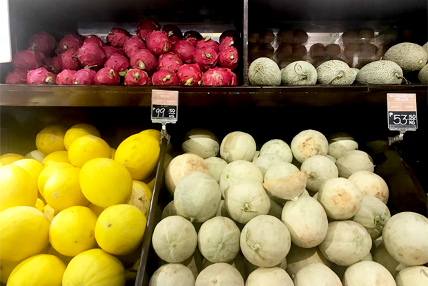 슈퍼마켓에서 파는 다양한 열대 과일