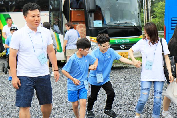 손을 잡고 걷고 있는 태환이와 친구 동현이