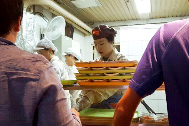 형편이 어려운 학우들에게 식권을 전달하기 위해 학교 식당에서 배식봉사를 하고 있는 모습 (사진 서동화 씨 제공)