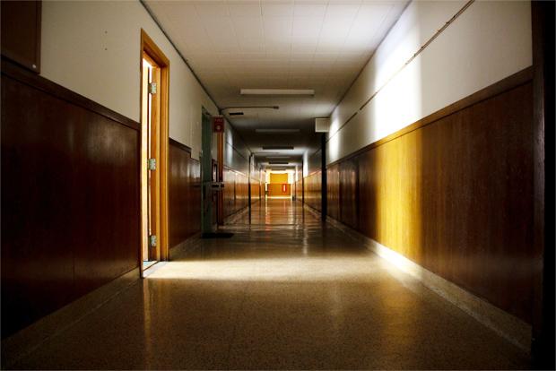 어두컴컴한 학교 복도의 빛이 새어나오고 있는 교실