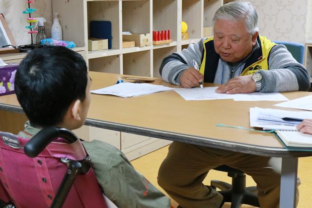 시설 이용자의 재활상담을 하고 있는 푸르메재단 넥슨어린이재활병원 이일영 초대원장