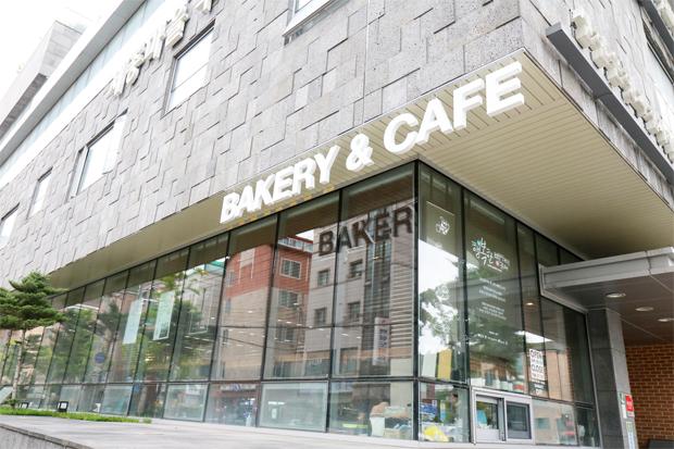건물 외벽의 카페 간판