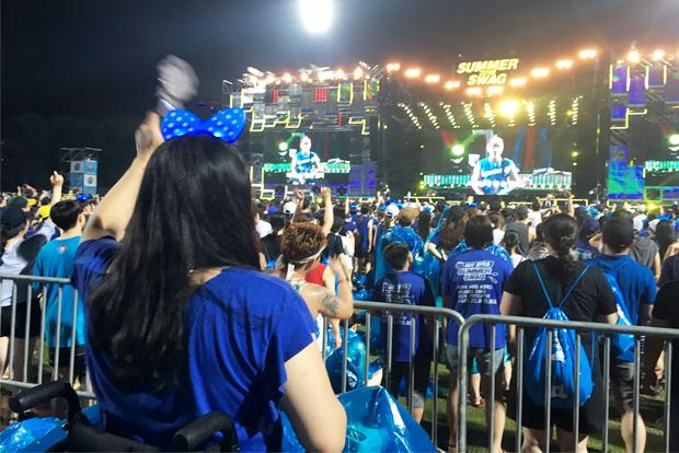 휠체어를 탄 채 싸이 공연을 즐기고 있는 홍서윤 ㈔한국장애인관광협회 대표