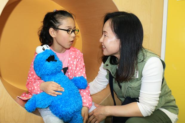 엄마와 대화를 나누고 있는 김해원 어린이.
