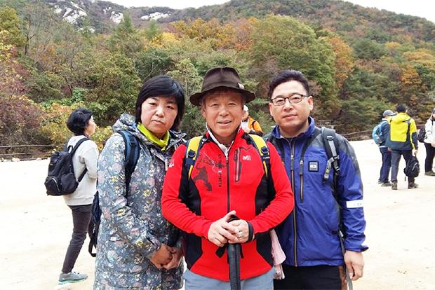 한걸음의 사랑 1주년 행사 때 엄홍길 대장과 (김문희 씨 제공)
