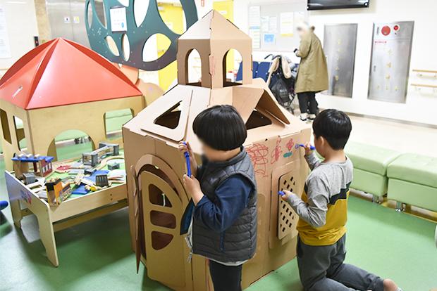종이집을 색칠하고 있는 푸르메재활의원 어린이들