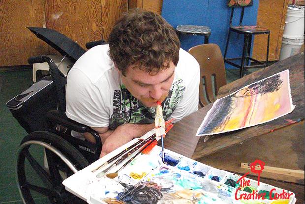 미술활동을 하고 있는 장애인 예술가. (출처 : 크리에이티브센터 홈페이지)