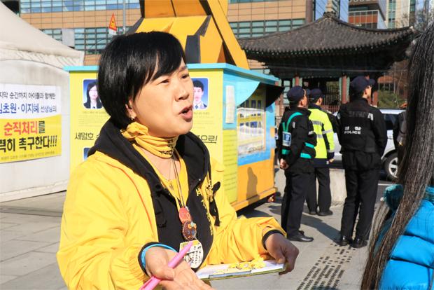 광화문광장을 찾는 시민들에게 세월호 참사를 제대로 알리기 위해 목소리 내고 있는 권미화 씨.