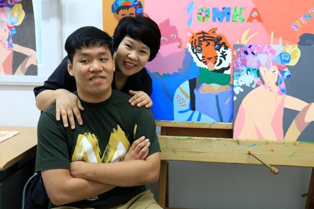 행복한 화가를 꿈꾸는 신동민 씨와 어머니 김완옥 씨