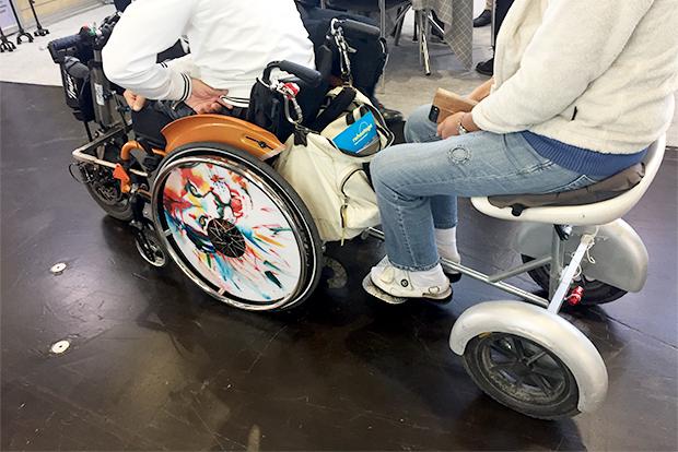 휠체어의 이동을 돕는 보조기기